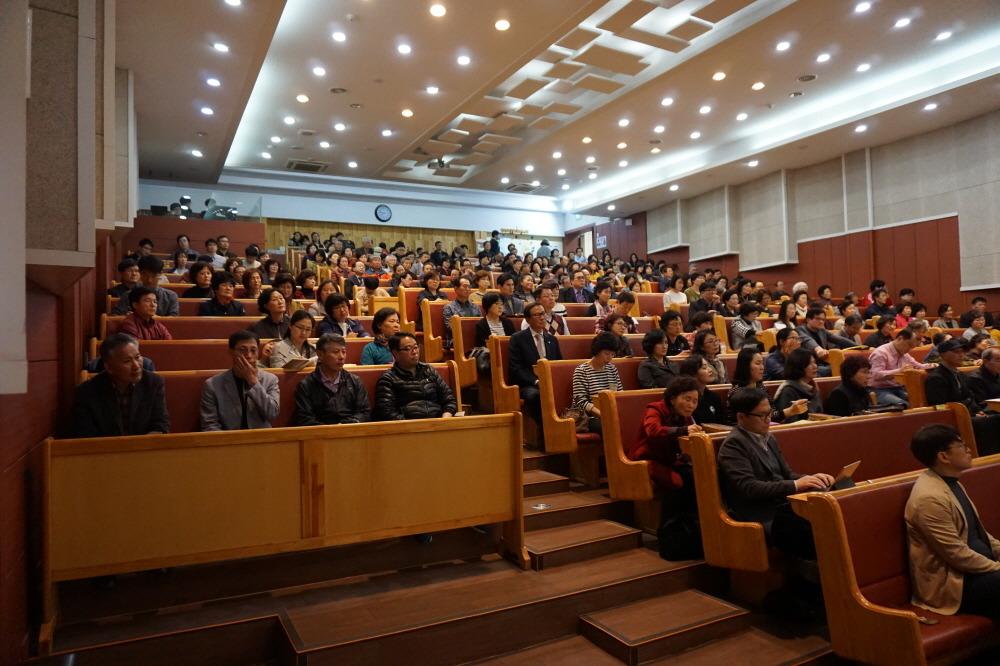 강연을 경청하는 참석자들.jpg